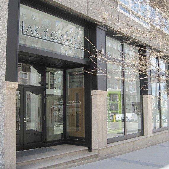 LAK exposición de muebles-fachada 2